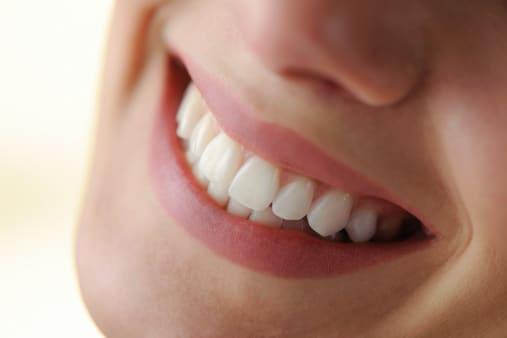 Por qué se oscurecen los dientes