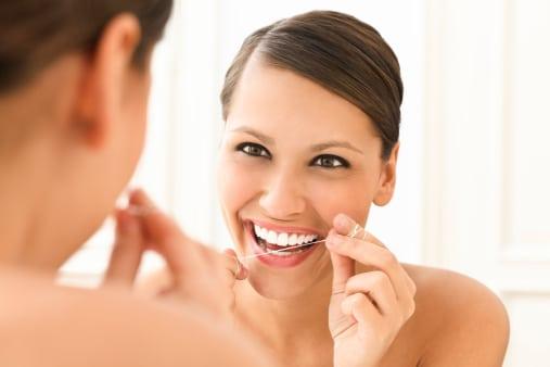 Por qué y cómo se usa hilo dental